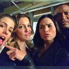 Emily Bett Rickards, Katie Cassidy, Katrina Law and David Ramsey Selfie Supergirl Dc, Supergirl And Flash, Arrow Comic, Oliver Queen Arrow, Katrina Law, Arrow Tv Series, Arrow Serie, David Ramsey, Stephen Amell Arrow