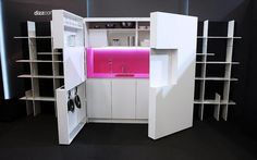 """Kuchyň Pia lze doplnit o jednoduché subtilní regály, po uzavření vznikne zajímavá """"bytová stěna""""."""