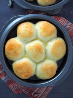 Pan de Siosa, a soft, pull part bread topped with generous toppings of butter, sugar and cheese! It is a delightful bread that you will surely make again and again. Filipino Bread Recipe, Filipino Recipes, Filipino Food, Lucia Buns Recipe, Baking Pans, Bread Baking, Ensaymada Recipe, Bread Rolls, Dough Recipe