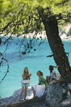 A gallery of Mamma Mia! publicity stills and other photos. Featuring Meryl Streep, Amanda Seyfried, Pierce Brosnan, Julie Walters and others. Mamma Mia, Film Aesthetic, Summer Aesthetic, Flower Aesthetic, Travel Aesthetic, Iconic Movies, Good Movies, Does Your Mother Know, Brooklyn 9 9