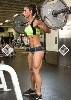 Nie bój się robić przysiadów - aby wyrobić takie mięśnie jak pani na zdjęciu musiałabyś bardzo długo i dużo ćwiczyć:)