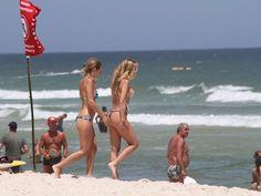 Dani Winits é traída pelo biquíni em dia de praia e quase mostra demais