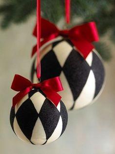 Palline bianche e nere - Delle palline dark con trama a rombi per l'albero di Natale