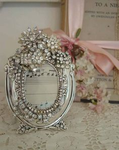 Shabby Chic - use old jewelry painted silver/gold glue to frame Cottage Shabby Chic, Style Shabby Chic, Shabby Chic Homes, Shabby Chic Decor, Jewelry Frames, Jewelry Tree, Old Jewelry, Jewellery, Costume Jewelry Crafts