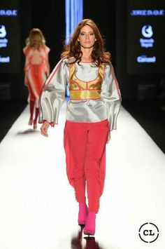 #rojos #mostazas #excentricidad #delpasadoalfuturo #runway #beauty Steel, Fashion, Photo Galleries, Events, Colombia, Moda, Fashion Styles, Fashion Illustrations, Steel Grades