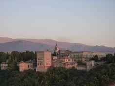 Alhambra, Generalife y Albaicín de Granada.Situados en dos colinas adyacentes, el Albaicín y la Alhambra forman el núcleo medieval de Granada que domina la ciudad moderna. En la parte este de la fortaleza y residencia real de la Alhambra se hallan los maravillosos jardines del Generalife, casa de campo de los emires que dominaron esta parte de España en los siglos XIII y XIV. El barrio del Albaicín conserva un rico conjunto de construcciones moras .ESPAÑA
