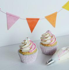{Fabelaktig} cupcake, pink, polkadot, piping, swirl, twocoloured frosting