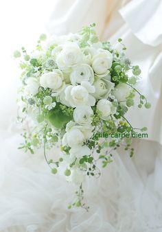 マリオットホテルの花嫁様へ、是非一会に、とお願いしてくださった方へ、ずっとこのブログを読んでくださっていた方へ。ほかにお礼ができないので、今日せいいっぱい... Whimsical Wedding Flowers, Beautiful Bouquet Of Flowers, White Wedding Flowers, Floral Wedding, Hand Bouquet Wedding, Cascading Wedding Bouquets, White Flower Arrangements, Flower Centerpieces, Art Wedding Themes