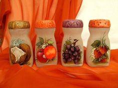 Resultado de imagem para how to fabric decoupage wine bottle Plastic Bottle Crafts, Wine Bottle Crafts, Jar Crafts, Diy And Crafts, Plastic Bottles, Painted Wine Bottles, Bottles And Jars, Glass Bottles, Bottle Painting