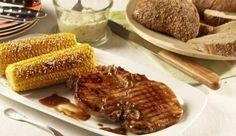 Für die gegrillten Schweinekoteletts brauchst du neben Schweinekoteletts auch Röstzwiebeln, würzige Petersilie und schwarzen Pfeffer – und schon kannst du losgrillen.