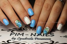 The Floral embellished Nails. Get your nails embellished with the blue floral pattern and white colored accent along with the diamonds.