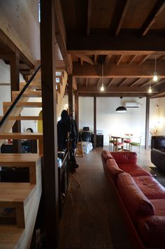 Esta antigua casa en Japón fue renovada para adaptarla a las necesidades de sus nuevos propietarios respetando los tradicionales techos de madera | #madera #rehabilitacion #interiores #techos Kanazawa, Wood Architecture, Bunk Beds, Loft, Studio, Furniture, Home Decor, Wooden Ceilings, Old Houses