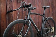 Twicycle est un nouveau type de vélo qui permet aux cyclistes de se propulser en utilisant soit des bras, soit les jambes soit les deux ! En effet, ce vélo compte un second pédalier situé à la place du guidon et un support pour pouvoir appuyer la poitrine dessus et placer ces mains sur le pédalier.  De cette façon Twicycle répond aux besoins des cyclistes qui veulent obtenir la même séance d'entraînement pour le haut du corps comme pour le bas. La double propulsion fournit une traction...