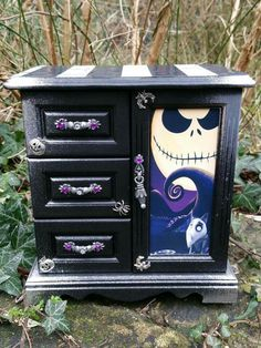 This would be so cute in a Nightmare Before Christmas themed nursery.