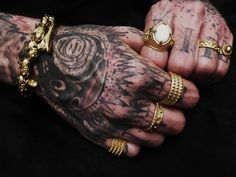 Tattooed hands with Corpus Christi rings / Enjoy on corpuschristi.fr