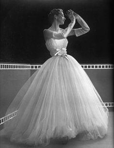Robe de tulle blanc a jupe retrousse, 1953