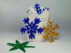 Adornos de copos de nieve con silicona caliente.