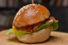 Így készül a legfinomabb, foszlós, enyhén édes hamburgerbuci - Receptek | Sóbors