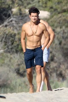 Orlando Bloom Shirtless on a Beach Pictures July 2016 | POPSUGAR Celebrity