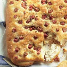 Focaccia met salami en rozemarijn