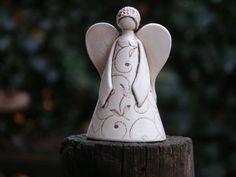 Ángel cerámica hecha a mano con tapa vidriada. Este es el perfecto regalo para Navidad u otras ocasiones. Este ángel se hace en mi taller de cerámica de arte en Bulgaria. Hecho de arcilla blanca, talladas a mano diseño, óxido de manganeso y esmalte transparente. Esta es la w3inch