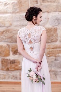 Farbtrends 2016: Heiraten in Rosé und Grau   Hochzeitsblog  - The Little Wedding Corner OUI kisui Style: Brautkleid marille/ Weddingdress marille Wedding Photography Workshop: Vanessa Badura