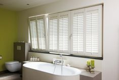 Shutters are the ideal sunblinds for regulating light and privacy. Indoor shutters have adjustable, horizontal louvers. House, Indoor Shutters, Home, House Flooring, Drapes And Blinds, Blinds, Cottage Bathroom, Fake Window, Bathroom Inspiration