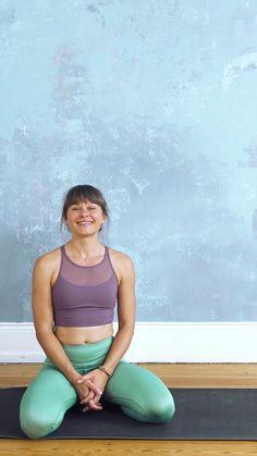 """Du möchtest die Welt der Umkehrhaltungen erobern und endlich mal entspannt auf dem Kopf stehen? Dann nimm jetzt an unserem viertägigen Programm """"Herz über Kopf"""" teil und lerne alles, was du wissen musst, um Schulterstand, Kopfstand, Unterarmstand und Handstand erfolgreich zu meistern. Yoga Fitness, Muscle Fitness, Yoga Videos, Workout Videos, Handstand, Slim Waist Workout, Online Yoga, Pranayama, Fitness Studio"""