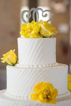 We've decided that yellow is one of the happiest colors! It really does brighten a room up - and a #cake! {K & S Photography}