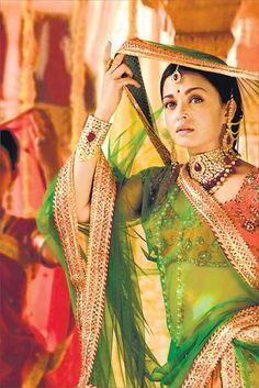 From Lamhe to Devdas, Neeta Lulla's Award-winning Bollywood Costumes. Bollywood Stars, Bollywood Fashion, Indian Bollywood, Actress Aishwarya Rai, Bollywood Actress, Indian Dresses, Indian Outfits, Pakistani Dresses, Moda India