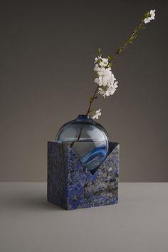 Designer: Erik Olovsson INDEFINITE VASES Het project is een verkenning van de relatie tussen geometrische en organische vormen - doorzichtig en ondoor- zichtig. Onbepaalde smeltende materia wat samenwerkt met bepaalde hoekige vormen en de zwaartekracht bepaalt de relatie tussen.