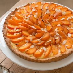 Abrikozentaart met geroosterde amandelen - Dille & Kamille - sinds 1974 Buffet, Apple Pie, Cheesecake, Homemade, Desserts, Recipes, Drink, Authenticity, Food Ideas