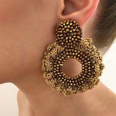 """TINA BOTERO en Instagram: """"GOLD SUNDAY💥 Aretes CENTELLA disponibles en nuestras tiendas •Granada: Av 9 Norte # 14N-50 •Ciudad Jardin: Calle 15B #105-11 WWW.…"""" Crochet Earrings Pattern, Beaded Earrings Patterns, Beaded Bracelets, Big Earrings, Unique Earrings, Terracotta Jewellery Designs, Handmade Beaded Jewelry, Textile Jewelry, Ear Jewelry"""