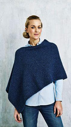 Kvinde i mørkeblå strikket poncho - gratis strikkeopskrift Poncho Knitting Patterns, Free Knitting, Sewing Patterns, Made A Mano, Cashmere Poncho, Shawl, Knit Crochet, Pullover, Sweaters