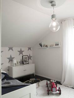 Poikien huoneessa on tilaa tähdille. Keek-a-boo-tähtitapetti on myös vanhempien mieleen. Suuri hehkulamppuvalaisin on Kärkkäiseltä. Huone sijaitsee yläkerrassa tyttöjen huoneen naapurissa.