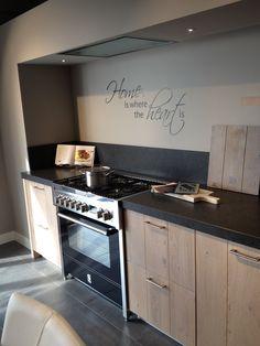 Stoere keuken met een warme uitstraling | Leefkeuken | Houten keukenkasten | Muursticker in de keuken |. Ga voor keukeninspiratie naar: www.keukenstudiostoof.nl