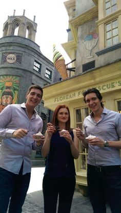 I've found some more new Pictures of Bonnie Wright, James Phelps & Oliver Phelps having a tour around the new parts of The Wizarding World of Harry Potter at Orlando Florida's Universal studios yesterday. Fans D'harry Potter, Theme Harry Potter, Harry Potter Cast, Harry Potter Characters, Harry Potter Universal, Harry Potter Memes, Harry Potter World, Oliver Phelps, Ginny Weasley