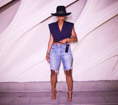 Bermuda shorts & heels short heels, fashion tips, fashion games, how to wear Outfits With Hats, Short Outfits, Chic Outfits, Summer Outfits, Fashion Outfits, Womens Fashion, Fashion Games, Ladies Fashion, Girl Fashion