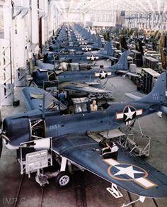 Vintage Aircraft Douglas Aircraft Company SBD Dauntless production line. Us Navy Aircraft, Ww2 Aircraft, Fighter Aircraft, Aircraft Carrier, Military Aircraft, Fighter Jets, Photo Avion, War Jet, Douglas Aircraft