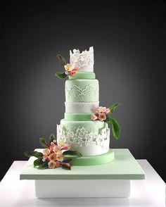 A really different wedding cake. Photograph by Neli Josefsen (Nelka) Beautiful Wedding Cakes, Gorgeous Cakes, Pretty Cakes, Cute Cakes, Amazing Cakes, Foto Pastel, Green Cake, Wedding Cakes With Cupcakes, Elegant Cakes