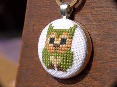 Yeşil Baykuş Etamin Kanaviçe Kolye 3cm çapındaki baykuşlu kolye, keten kumaş üzerine nakış ipleri ile işlenmiştir. 50.... 239305