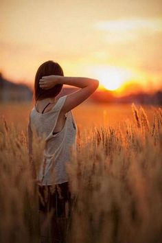 field of dreams: Sunset Photography, Girl Photography Poses, Creative Photography, Outdoor Portraits, Senior Portraits, Foto Nature, Shooting Photo, Portrait Inspiration, Golden Hour
