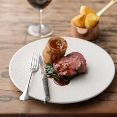 Tom Kerridge's impressive treacle-cured roast beef, complete with crispy roast potatoes and Yorkshire puddings is the perfect Sunday lunch. Yorkshire Pudding Dinner, Yorkshire Pudding Batter, Yorkshire Pudding Recipes, Crispy Roast Potatoes, Roasted Potatoes, Tom Kerridge, Gastro Pubs, Pub Food, Roast Beef