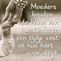 Moeders houden de hand van hun kinderen een tijdje vast en hun hart voor altijd