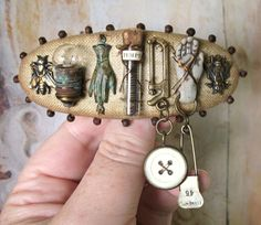 Steampunk Assemblage Hairslide Barrette With Many Curiosities Bead Crafts, Jewelry Crafts, Jewelry Art, Jewelry Design, Polymer Clay Steampunk, Found Object Jewelry, Clay Creations, Alex And Ani Charms, Resin Jewelry