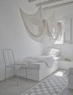 Summerhouse of Paola Navone / Interior * Minimalism by LEUCHTEND GRAU http://www.leuchtend-grau.de/2014/03/das-ferienhaus-der-designerin-paola.html