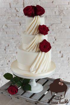 Klassisch elegante Hochzeitstorte mit echten Rosen [und ein weiteres Home für meine Cakes]