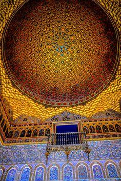 Reales Alcázares de España es un palacio en Sevilla que originalmente era una fortaleza de los moros, el palacio más viejo en toda Europa. Es un Patrimonio de la Humanidad y es un ejemplo de arquitectura mudéjar (moros quienes quedaron en Al-Ándalus después de la Reconquista cristiana y mantenían su religión). Este es el Salón de Embajadores y su famosa cúpula.