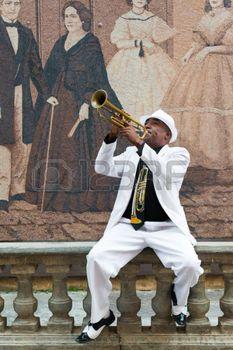cuba: La Havane, Cuba - 8 janvier 2015: musicien cubain noir jouant de la trompette Éditoriale