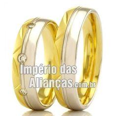 Alianças em Ouro Amarelo e Ouro Branco Largura 5.2mm Pedras 3 diamantes de 1 ponto Acabamento Liso e Fosco Formato Anatômico Peso 8,5 gramas o par